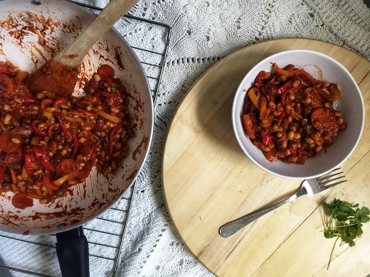 Wegański gulasz z fasolą i orzechami laskowymi