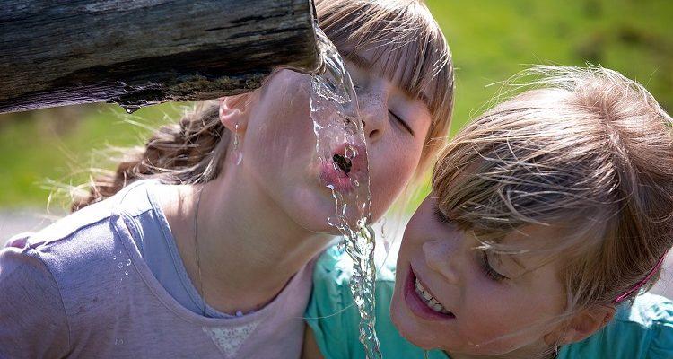 Jak zachęcić dziecko do picia wody?