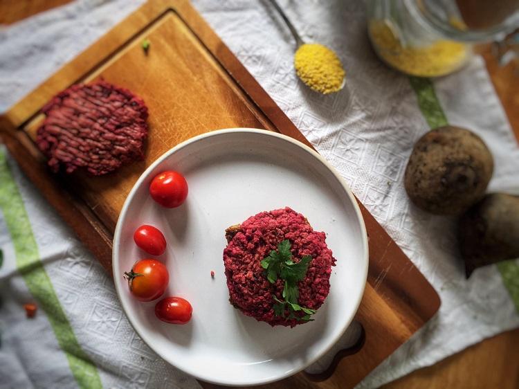 Wegetariańskie burgery z buraka i fasoli czerwonej